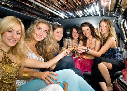 Noleggio limousine ! super lusso nella città di Uboldo Un modo invece più stravagante di noleggiare la limousine può essere legato ad una festa di laurea, del diciottesimo compleanno o persino un addio al celibato. In questo modo sarà possibile rendere indimenticabile sia per sè stessi sia per gli ospiti un evento unico e irripetibile. Infatti, alcune ditte di noleggio oltre al trasporto consentono di festeggiare, come fanno i ricchi signori, all'interno della limousine.